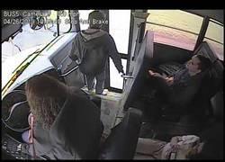 Enlace a Esta conductora de autobuses salva en el último segundo a un chico con sus grandes reflejos