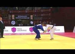 Enlace a Este judoka portugués es descalificado al caérsele el móvil en plena pelea