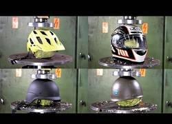 Enlace a En busca del casco más resistente aplastándolo con la prensa hidráulica