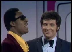 Enlace a El mágico momento en elq ue Stevie Wonder y Tom Jones cantaron juntos en televisión