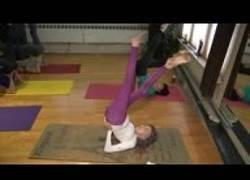 Enlace a Profesora de yoga de 100 años mostrando sus grandes habilidades