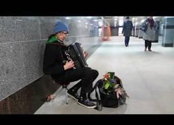 Enlace a Omen de Prodigy al acordeón en el metro
