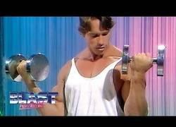 Enlace a Un joven Arnold Schwarznegger enseñando crear músculos a un tirillas