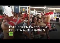 Enlace a Estríper baila en una escuela por el día de la madre en México