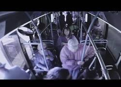 Enlace a Mujer empuja a anciano fuera del autobús. Este muere en el hospital por las lesiones