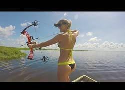 Enlace a Aprendiendo a pescar con Vicky Stark y su arco