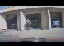 Enlace a Coche sale de garaje sin frenos