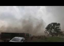 Enlace a Intercepta un tornado a pie y vive para contarlo