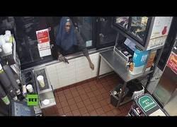 Enlace a Intenta robar en un McDonalds y acaba yéndose sin nada
