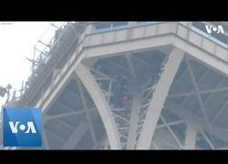 Enlace a Hombre trepa por la Torre Eiffel y todo se paraliza en la capital francesa