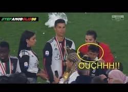 Enlace a Cristiano Ronaldo golpea accidentalmente a su hijo con la copa