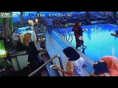 Mujer se despista en el buffet de un hotel al aire libre