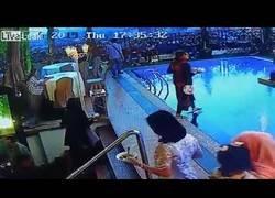 Enlace a Mujer se despista en el buffet de un hotel al aire libre