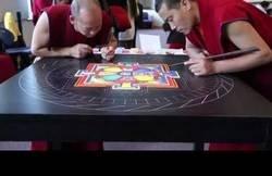 Enlace a Monjes tibetanos crean y destruyen un Mandala de arena