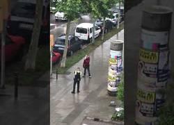 Enlace a Amenaza con cortarse el cuello delante de la policía y así actúan para frenarlo