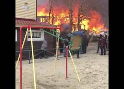 Enlace a Niño impasible frente a un incendio en Rusia