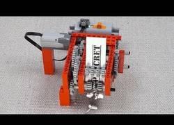 Enlace a Triturando un papel con piezas y engranajes de LEGO