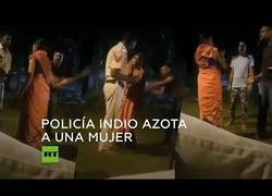 Enlace a Policía indio azota a una mujer con un cinturón