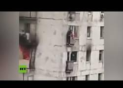 Enlace a Hombre arriesga su vida para salvar a dos niñas de un balcón en llamas