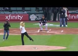 Enlace a Mujer falla el primer lanzamiento de un partido de beisbol