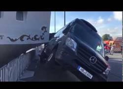 Enlace a Un velero se estrella contra una furgoneta