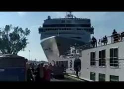 Enlace a Crucero choca contra el muelle tras un fallo de ingeniería