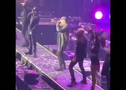 Enlace a El cantante de reggaeton Wisin se cae del escenario en plena presentación