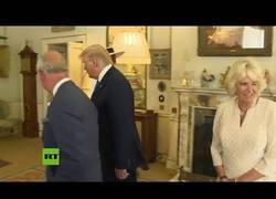 Enlace a Camila de Cornualles guiña un ojo a espaldas del presidente Trump