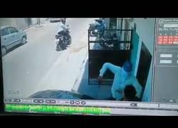 Enlace a Ladrón armado se asusta cuando su víctima se le encara a manotazos