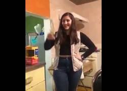 Enlace a Chica imita anuncio Disney Channel y le sale mal