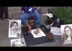 Enlace a Hombre sin brazos dibuja retratos con sus pies - Medellín, Colombia