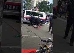 Enlace a Policía austriaca detiene a una persona ante abucheos y está a punto de atropellarle la cabeza al detenido