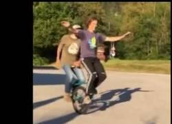 Enlace a Montando en uniciclo en pareja