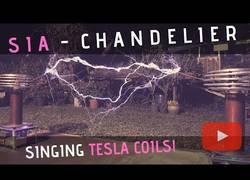Enlace a Dos bobinas Tesla interpretan la gran Chandelier de Sia