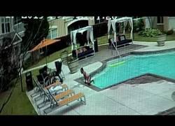 Enlace a Momento en el que una hermana salva a la pequeña de morir ahogada en la piscina