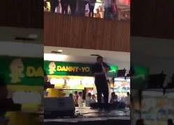 Enlace a Músicos en Mexico tocan la canción de Titanic mientras se inunda el centro comercial