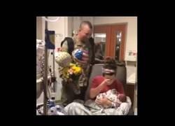 Enlace a Soldado sorprende a su mujer que acaba de dar a luz