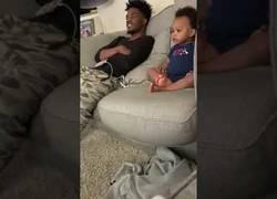 Enlace a Facebook viral: Bebé asombra por fluida charla con su padre