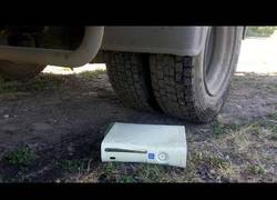 Enlace a Experimenta Mercedes Truck VS Xbox 360 o aplastando cosas crujientes en coche