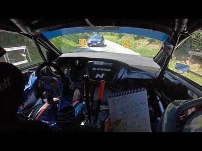 Coche se cuela en carrera de Rally y el conductor salva el golpe por los pelos