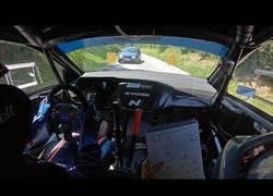 Enlace a Coche se cuela en carrera de Rally y el conductor salva el golpe por los pelos