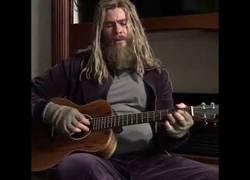 Enlace a Un triste Thor cantando y tocando la guitarra