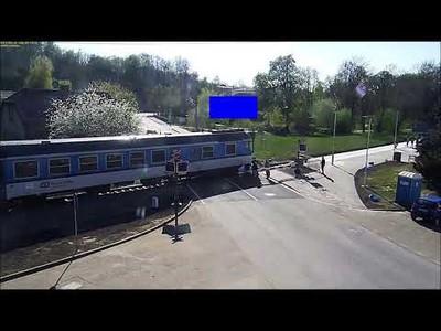 Un hombre de 85 años en moto choca y cae a las vías segundos antes de la llegada del tren