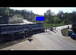 Enlace a Un hombre de 85 años en moto choca y cae a las vías segundos antes de la llegada del tren