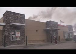 Enlace a Burger King en llamas y una mujer se enfada porque no le atienden