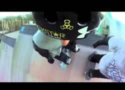 Enlace a Amigos se la juegan en una rampa extrema al intercambiar los skates en el aire