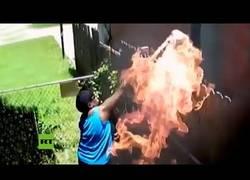 Enlace a Arroja una toalla en llamas a la casa de su vecino