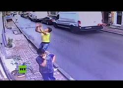 Enlace a Argelino salva a niña siria al caer de una ventana en Estambul
