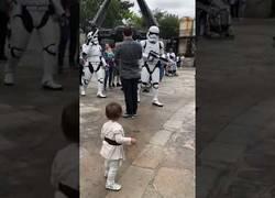 Enlace a Pequeño Padawan le planta cara a un par de Stormtroopers