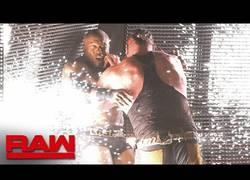Enlace a Braun Strowman empotra a Bobby Lashley contra la pared LED del escenariol